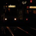 Zwei Straßenbahnen bei Nacht an der Haltestelle Europaplatz (Kaiserstraße)